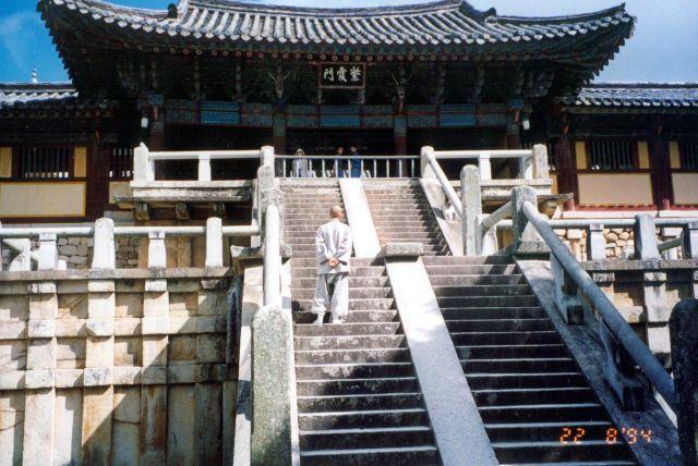 Zdjęcia: Pobliże miasta Suwon, Mnich buddyjski przed świątynią, KOREA POŁUDNIOWA