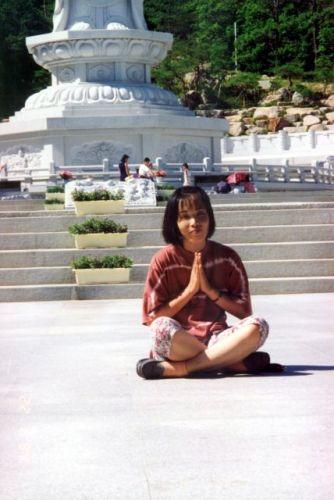 Zdjęcia: Seul, Koreanka przed pomnikiem Buddy, KOREA POŁUDNIOWA