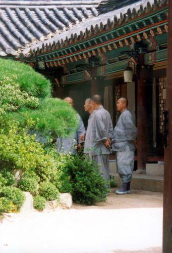 Zdjęcia: Suwon, Mnisi buddyjscy na dziedzińcu klasztoru, KOREA POŁUDNIOWA