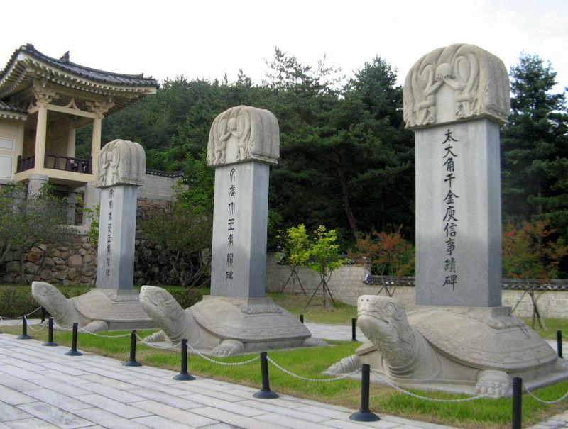 Zdjęcia: Namsan, Gyeongju, Kamienne stele w Tongiljeon (Pałac Zjednoczenia) u podnóżagóry Namsan, KOREA POŁUDNIOWA