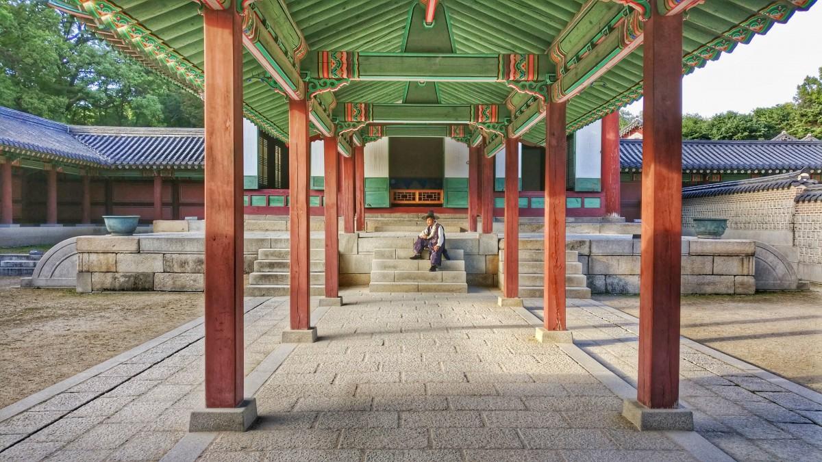 Zdjęcia: Changdeokgung Palace, Seul, ...na schodkach, KOREA POŁUDNIOWA