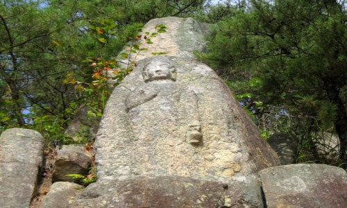 KOREA POŁUDNIOWA / Gyeongju / Namsan / Kamienny Budda (2) na górze Namsan