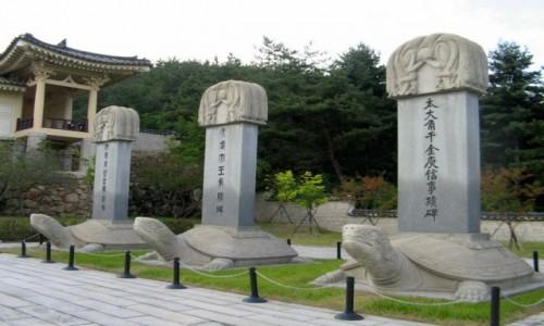 Zdjecie KOREA POŁUDNIOWA / Gyeongju / Namsan / Kamienne stele w Tongiljeon (Pałac Zjednoczenia) u podnóżagóry Namsan