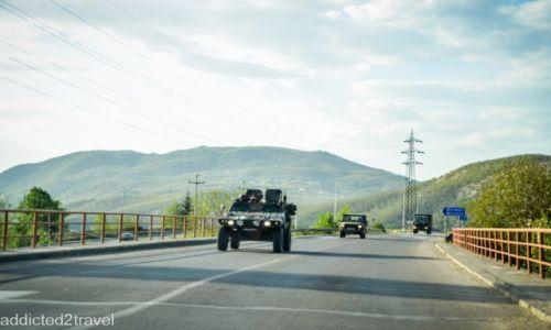 Zdjecie KOSOWO / Mitrovica / okolice Mitrovicy / Opancerzone pojazdy miltarne przemierzają ulice Kosowa