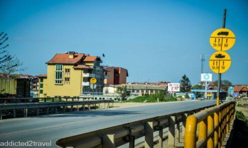 Zdjecie KOSOWO / Mitrovica / okolice Mitrovicy / Militarne znaki drogowe