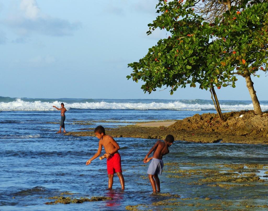Zdjęcia: Puerto Viejo, Morze Karaibskie, Chłopcy łowiący ryby, KOSTARYKA