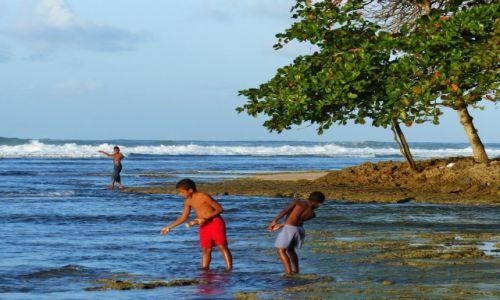 Zdjecie KOSTARYKA / Morze Karaibskie / Puerto Viejo / Chłopcy łowiący ryby