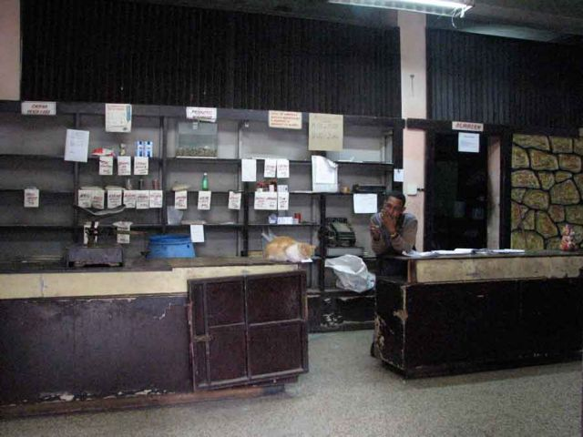 Zdjęcia: jedna z uliczek w stolicy, Habana vieja, puste pułki sklepowe, KUBA