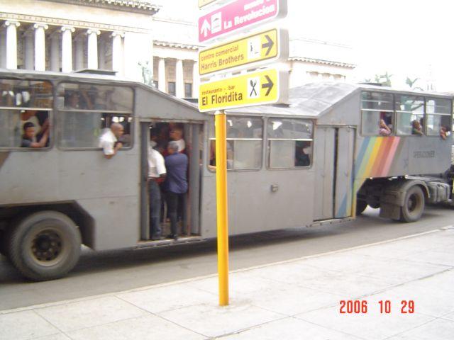 """Zdjęcia: Havana,  Autobus w Havanie zwany """" wielbladem"""", KUBA"""