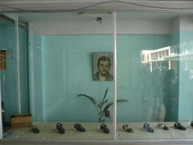 Zdj�cia: Camaguey, Witryna sklepu obuwniczego, KUBA