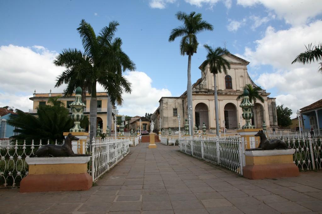 Zdjęcia: Trynidad de Cuba, Sancti Spiritus, Plaza Mayor, widok na katedrę, KUBA