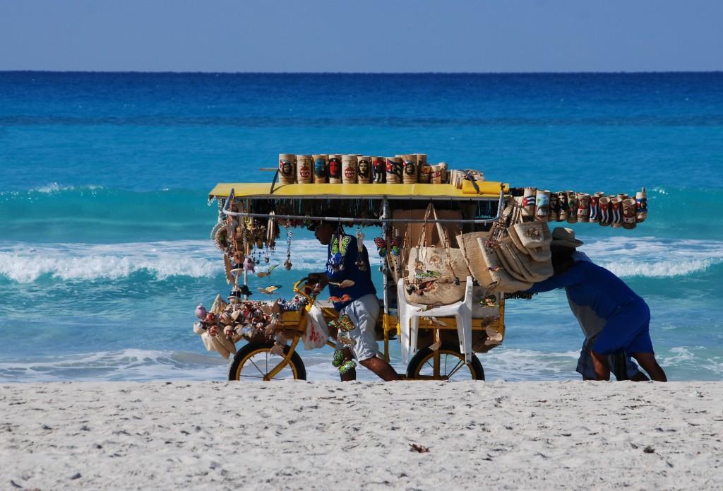 Zdjęcia: gdzieś nad morzem, Varadero, Sprzedawca pamiątek, KUBA