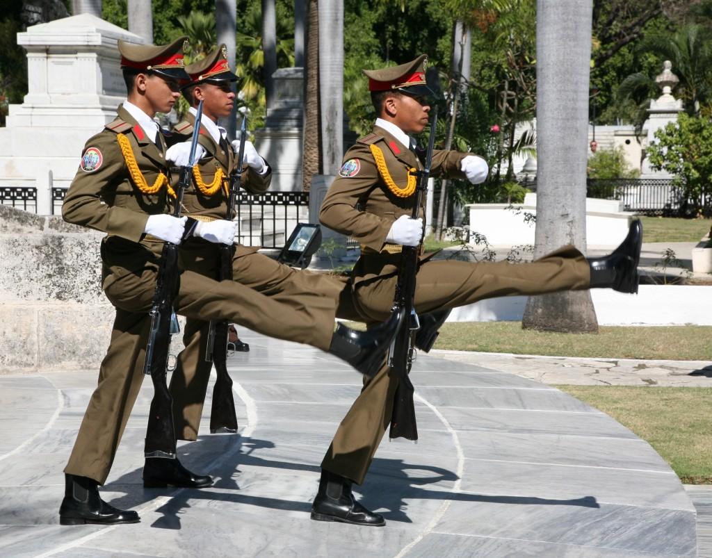 Zdjęcia: Mauzoleum Jose Martiego, Santiago de Cuba, Zmiana warty , KUBA