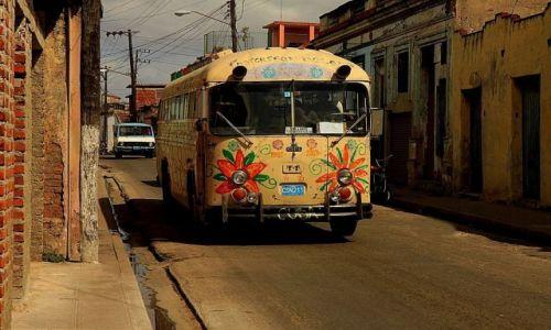 Zdjęcie KUBA / Cienfuegos / ulica / Wesoły autobus