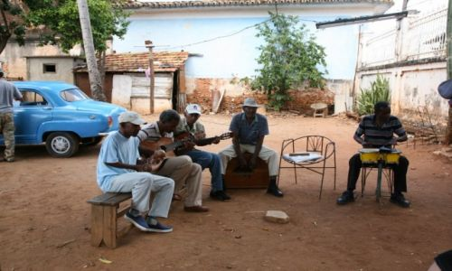 KUBA / Sancti Spiritus / Trynidad de Cuba / Gorące kubańskie rytmy na jednym z miejskich podwórek