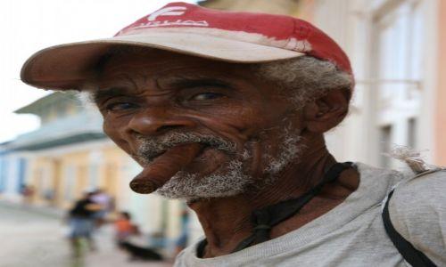 Zdjęcie KUBA / Sancti Spiritus / Trynidad de Cuba / Człowiek z cygarem