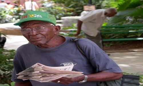 Zdjecie KUBA / - / Havana / gazeciarz
