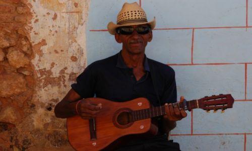 KUBA / południowe wybrzeże środkowej Kuby / uliczka w Trinidadzie / Uliczny grajek