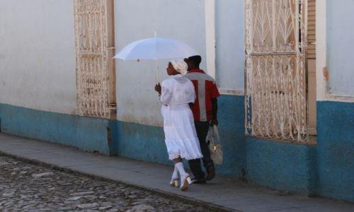 KUBA / południowe wybrzeże środkowej Kuby / uliczka w Trinidadzie / Elegantka