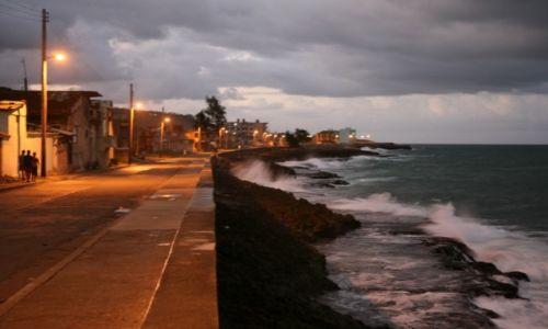 Zdjecie KUBA / Prowincja Guantánamo / Baracoa / Bulwar nocą
