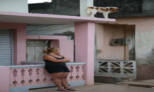Zdjęcie KUBA / Prowincja Guantánamo / Baracoa / Pani i jej pies