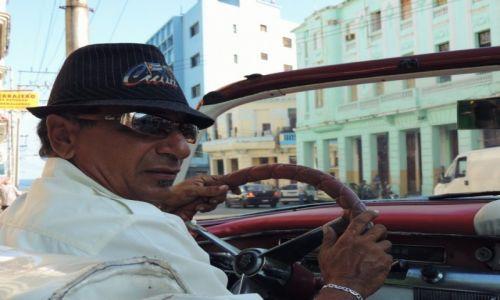 Zdjecie KUBA / Hawana / Hawana / Taksówkarz w Hawanie