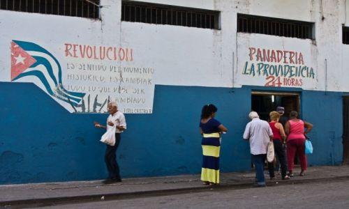 Zdjecie KUBA / Havana / Havana / Myśl wodza rewolucji do przestudiowania w czasie stania w kolejce