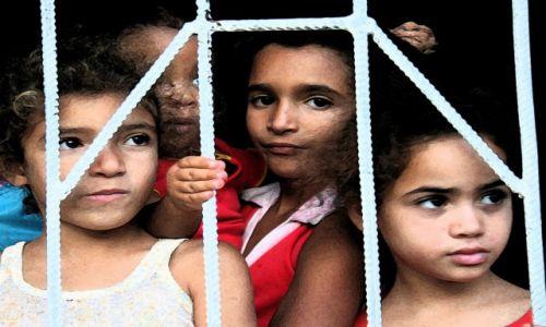 Zdjęcie KUBA / Trinidad / La Boca / Dzieci w oknie