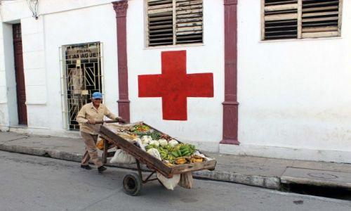 Zdjęcie KUBA / Camaguey / Camaguey / Uliczny sprzedawca