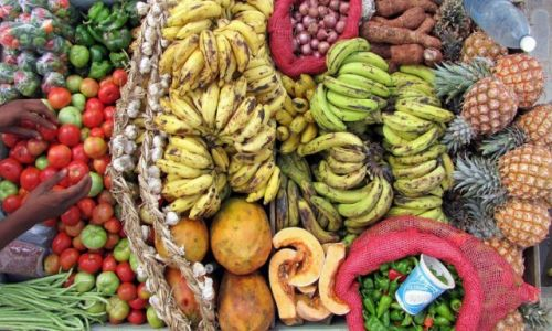 Zdjecie KUBA / Camaguey / Camaguey / Banany, ananasy, pomidory-uliczny sprzedawca na Kubie