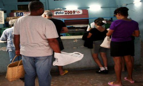Zdjęcie KUBA / Camaguey / Camaguey (Puerto Príncipe)  / Za czym kolejka ta stoi?
