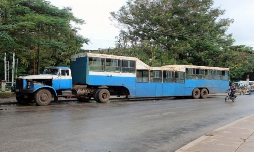 Zdjecie KUBA / Koło Cayo Coco / Miasto Moron / Autobus