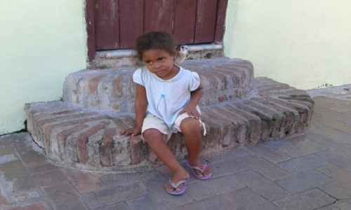 Zdjęcie KUBA / Guantanamo / Baracoa / dziewczynka z ptaszkiem