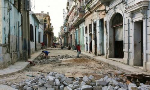 Zdjęcie KUBA / La Habana  / Hawana  / Idzie nowe
