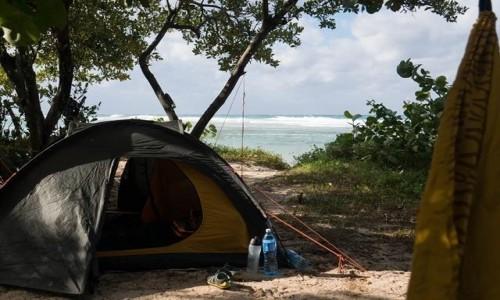 Zdjecie KUBA / Kuba / Kuba / Nocleg na plaży
