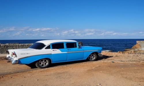 Zdjecie KUBA / okolice Hawany / Cojimar / Samochód nad morzem