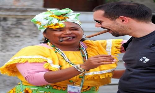 Zdjecie KUBA / płn. Kuba / Havana Vieja / Zdjęcie z cygarem