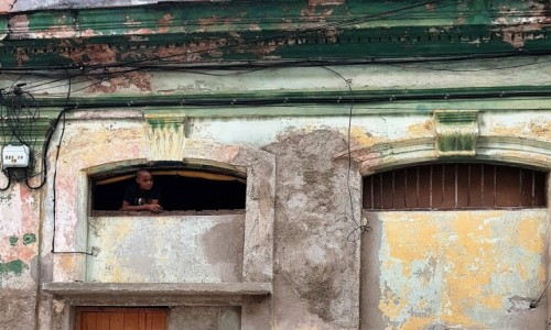 Zdjęcie KUBA / - / Hawana / Jaki dom, takie okno