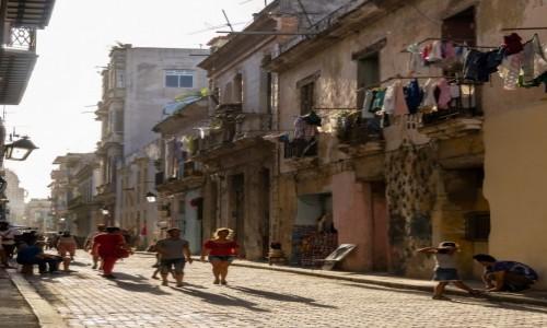 Zdjecie KUBA / Havana / Stara Havana / Uliczka w upalne popołudnie