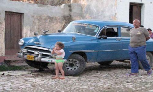 KUBA / trynidad / ryneczek / stary Ford i nina