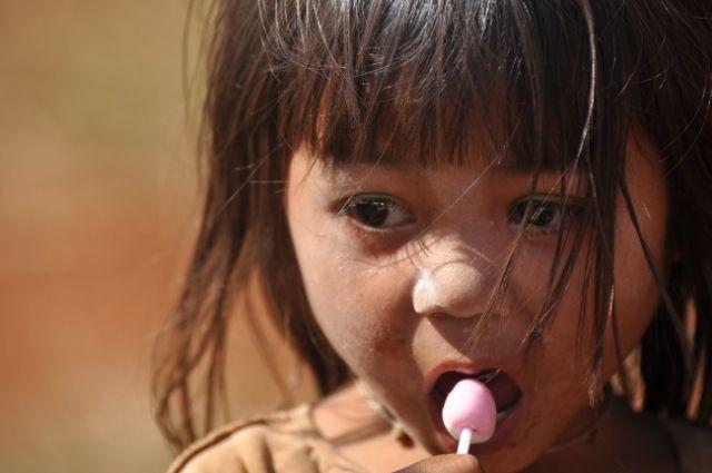 Zdjęcia: okolice Pakse, Dziewczynka z lizakiem, LAOS