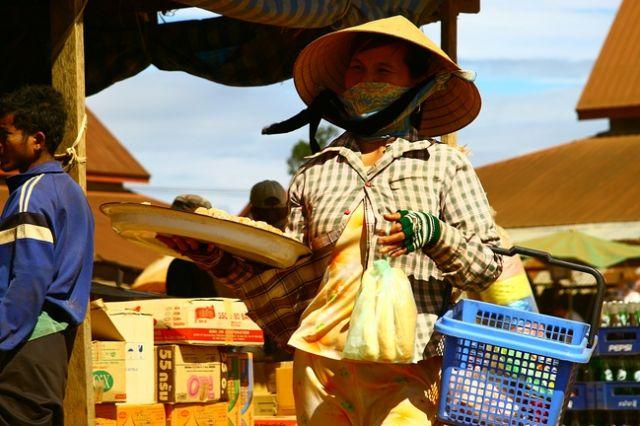 Zdjęcia: Bolaven, Targ dzienny6-sprzedawczyni smakołyków, LAOS