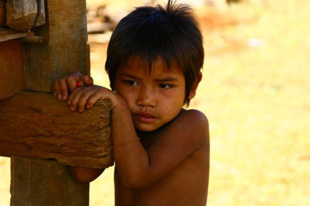 Zdj�cia: P�askowy� Bolaven, Dziewczynka z wioski gdzie robi si� trumny, LAOS