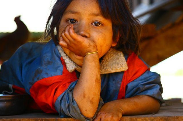 Zdjęcia: Płaskowyż Bolaven, Dziewczynka z wioski gdzie robi się trumny3, LAOS