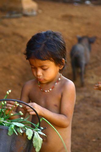 Zdj�cia: P�askowy� Bolaven, Dziewczynka z wioski gdzie robi si� trumny4, LAOS