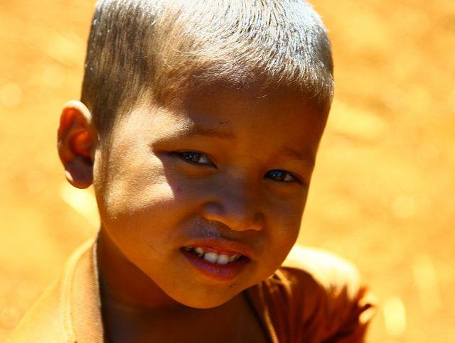 Zdjęcia: Płaskowyż Bolaven, chłopiec z wioski gdzie robi się trumny, LAOS