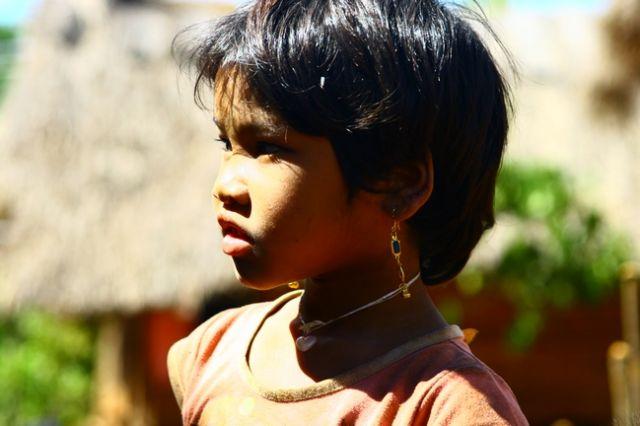 Zdjęcia: Płaskowyż Bolaven, Dziewczynka z wioski gdzie robi się trumny, LAOS