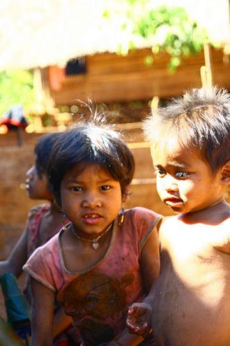 Zdjęcia: Płaskowyż Bolaven, Dzieci z wioski gdzie robi się trumny, LAOS