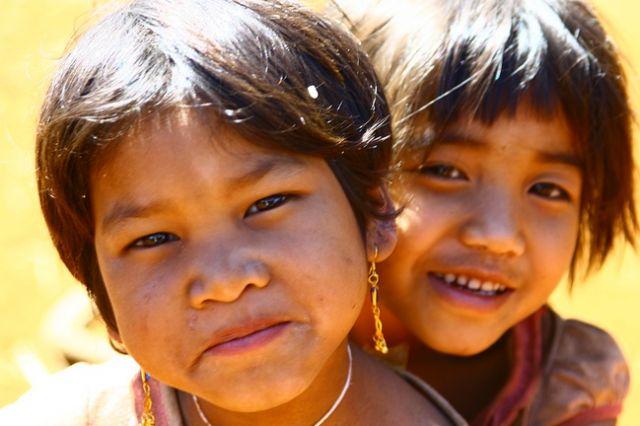 Zdjęcia: Płaskowyż Bolaven, Dziewczynki z wioski gdzie robi się trumny, LAOS