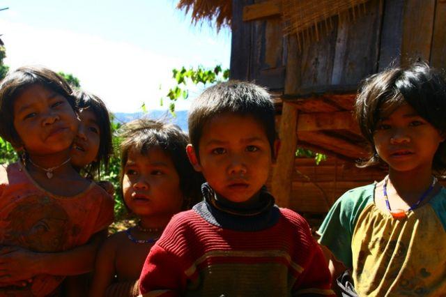 Zdjęcia: Płaskowyż Bolaven, Dzieci z wioski gdzie robi się trumny2, LAOS